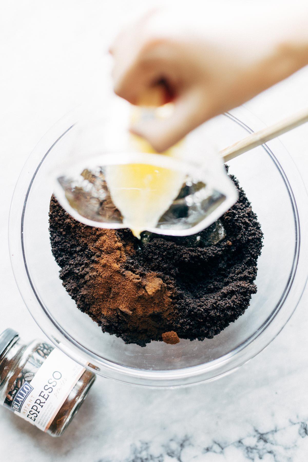 Para empezar: galletas de chocolate trituradas, espresso en polvo y mantequilla.